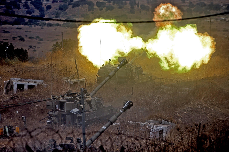 Militares israelíes disparan obuses autopropulsados hacia el Líbano desde una posición cerca de la ciudad de Kiryat Shmona, al norte de Israel, el 6 de agosto de 2021