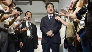 El primer ministro japonés Shinzo Abe declara a los medios, después de visitar el barrio comercial de Shimonoseki el 13 de agosto de 2014.