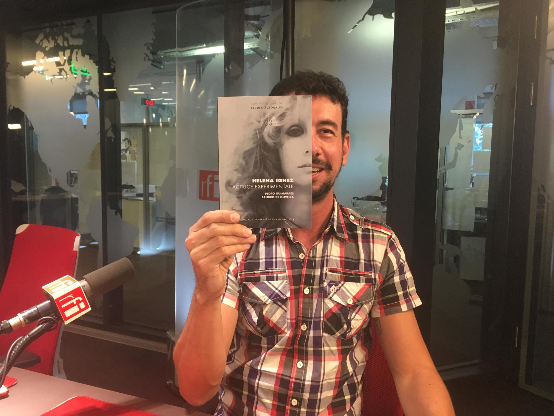 """O professor da Unicamp e pesquisador Pedro Guimarães, autor do livro """"Helena Ignez, actrice expérimentale"""", lançado pelas edições da Universidade de Estrasburgo, na França."""