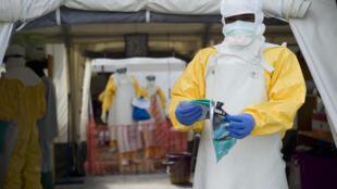 Dans un centre de soins contre le virus Ebola, en Guinée.
