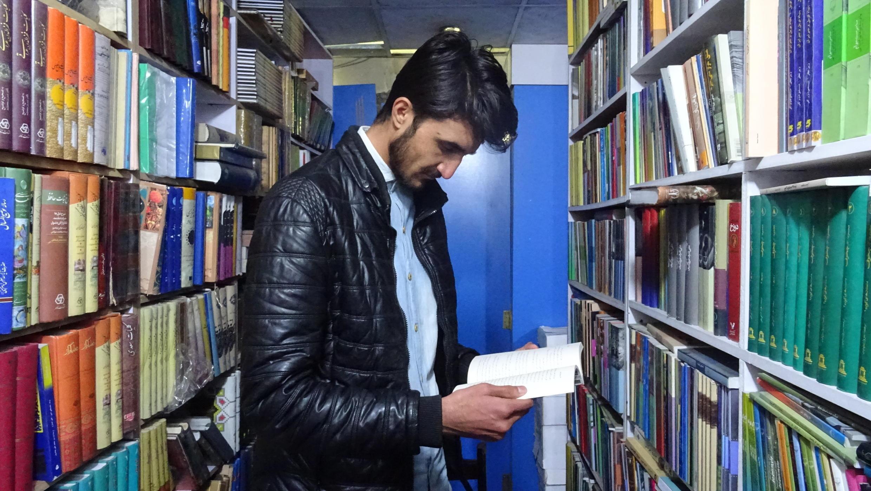 Sheikh Ahmad Saeedi dans sa librairie.
