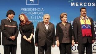 Os presidentes (E-D) da Bolívia, Evo Morales; da Argentina, Cristina Fernandez; do Uruguai, José Mujica; do Brasil, Dilma Rousseff e da Venezuela, Nicolas Maduro durante a reunião da Cúpula do Mercosul em Montevidéu, no Uruguai, 12 de julho de 2013.