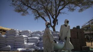 IMAGE SOUDAN DARFOUR Distribution alimentaire dans le camp de déplacés de Kassab, Soudan.