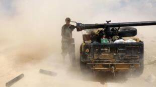 Combatientes del CNT a las puertas de Sirte