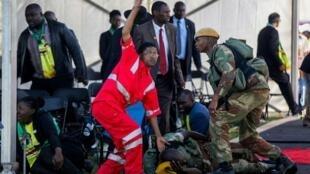 Jami'an agaji, yayin da suke bai wa wadanda harin bam a taron yakin neman zaben jam'iyyar Zanu-PF a birnin Bulawayo, taimakon gaggawa.
