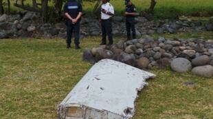 Destroço encontrado na quarta-feira na Ilha da Reunião.