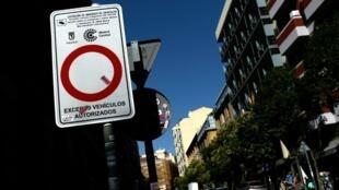 Un panneau de restriction de circulation qui fait partie du plan antipollution de Madrid pour améliorer la qualité de l'air, 17 juillet 2019