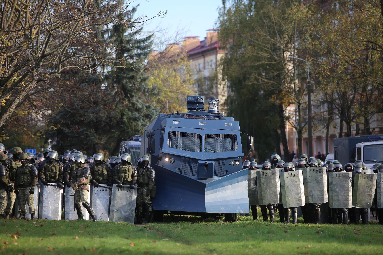 Белорусские силовики и «Партизанский марш» — протестное шествие в Минске 18 октября 2020.