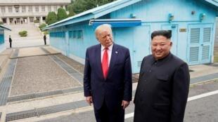 Lãnh đạo Bắc Triều Tiên Kim Jong Un (P) và tổng thống Mỹ Donald Trump tại Bàn Môn Điếm, bên phía Hàn Quốc, ngày 30/06/2019