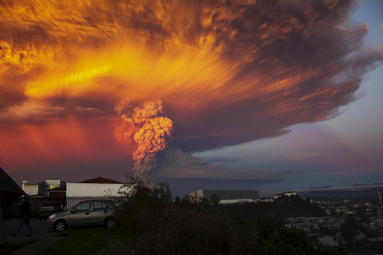 Bela imagem mostra a nuvem de fumaça e cinzas sobre o vulcão Cabulco, avistado da cidade de Puerto Montt, no Chile, em 22 de abril de 2015.