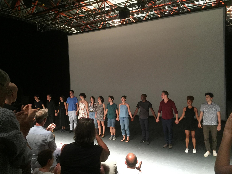 Christiane Jatahy avec ses comédiens après le spectacle au Festival d'Avignon.