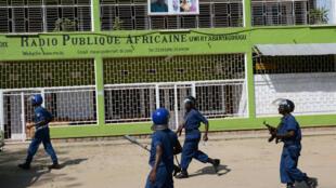 Des policiers devant les locaux de la RPA, à Bujumbura, Burundi, le 29 avril.