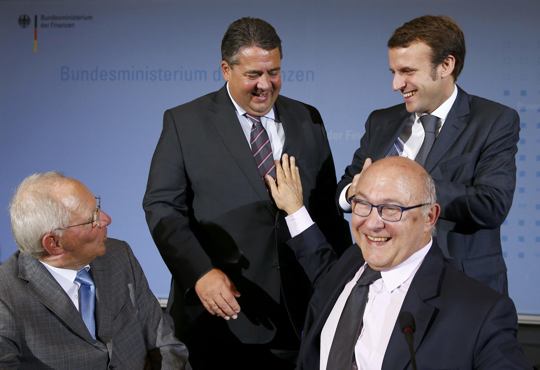 Los ministros alemanes de Economía y Finanzas, Sigmar Gabriel y Wolfgang Schaeuble (izquierda) y sus colegas franceses Michel Sapin y Emmanuel Macron en Berlín, el 20 de octubre de 2014.