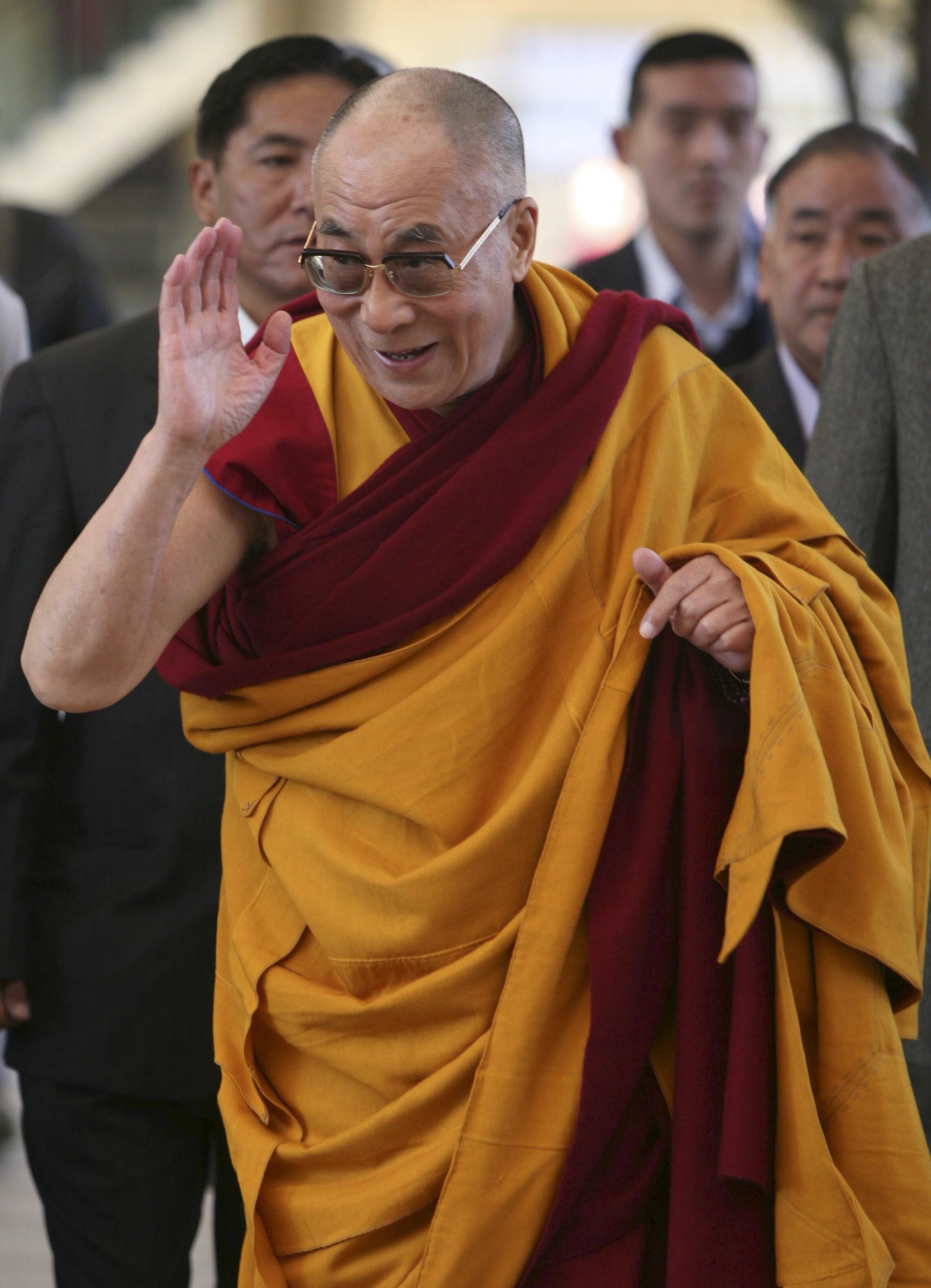 O líder espiritual dos tibetanos Dalai Lama anuncia sua intenção de renunciar ao seu papel político.