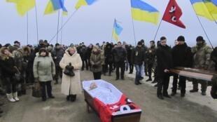 Le 27 janvier 2015, des habitants de Marioupol assistent aux funérailles d'un combattant volontaire, tué dans des bombardements à Donetsk.
