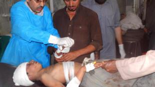 Vítima de atentado contra mesquita recebe socorro no Paquistão.