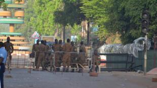 Des militaires montent la garde devant le siège de l'état-major des armées, à Ouagadougou, au Burkina Faso, le 3 mars 2018.