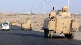 Égypte, le 13 août 2011. Un convoi de véhicules militaires égyptiens fait route en direction de al-Arish, dans le Sinaï