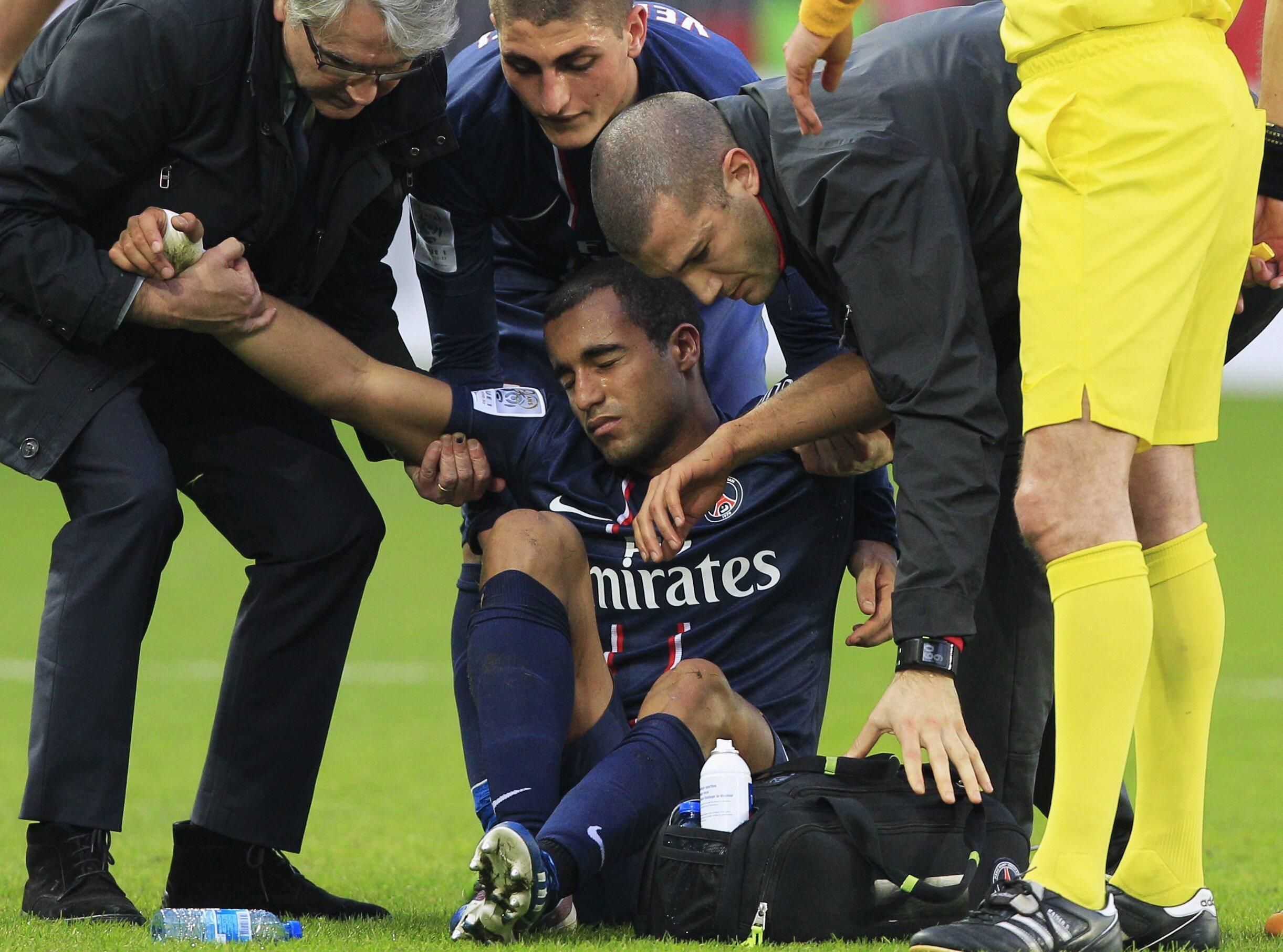 Lucas é amparado por médicos e colegas depois de sofrer entrada dura em jogo contra o Nancy(9 de março).