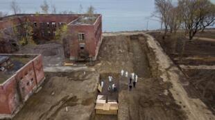 Chôn cất các nạn nhân của Covid-19 trên đảo Hart Island, New York.
