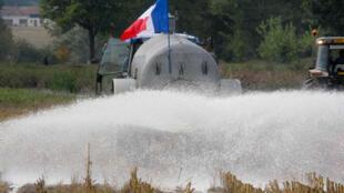 13 000 litres de lait ont été déversés par les producteurs français à Neuville-les-Dames, le 18 septembre 2009.