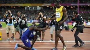 Justin Gatlin, vainqueur du 100m, rend tout de même hommage à l'icône de l'athlétisme, Usain Bolt, seulement 3e de la finale.
