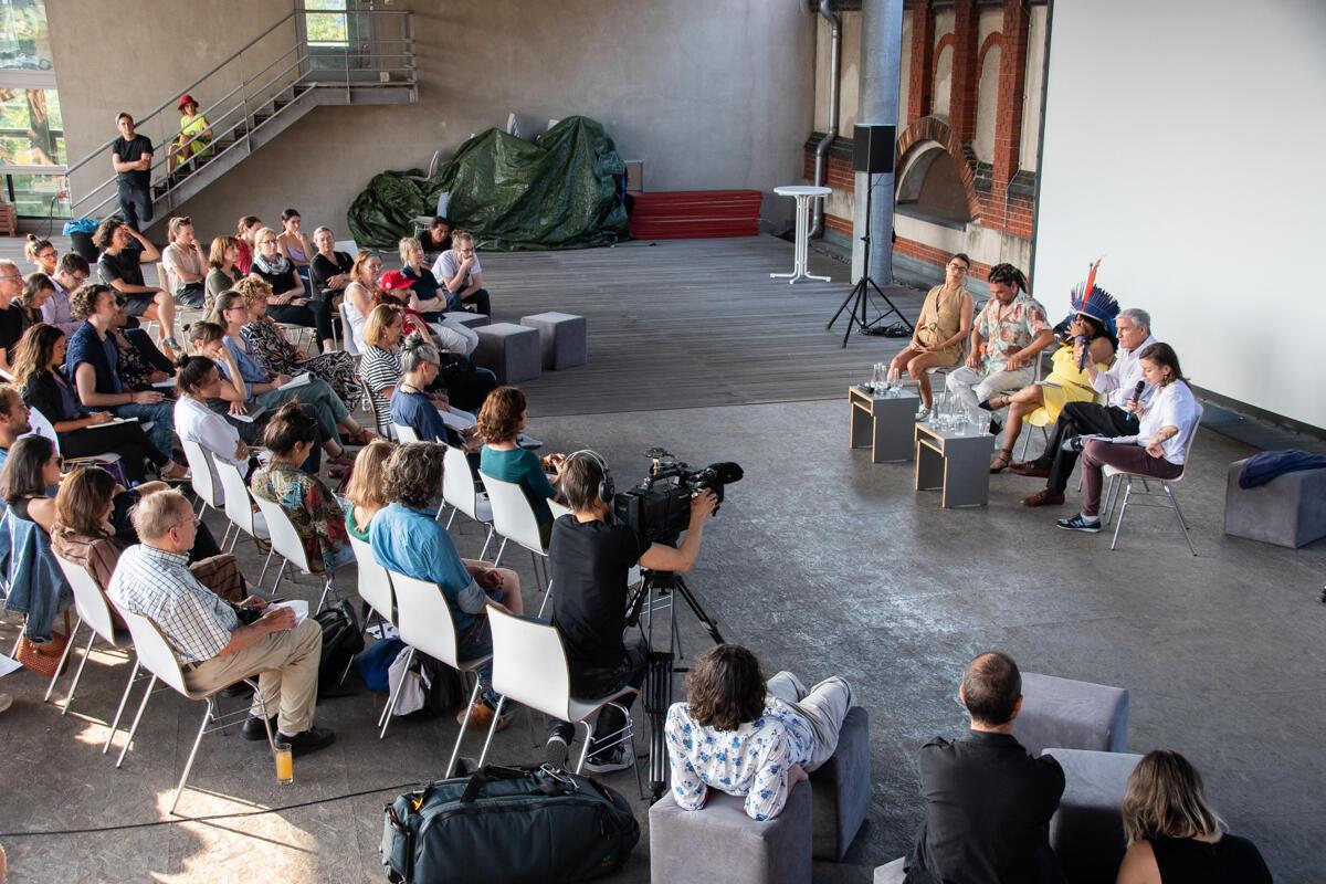 Festival reúne dança, performance, instalação e vídeo com artistas ibero-americanos.