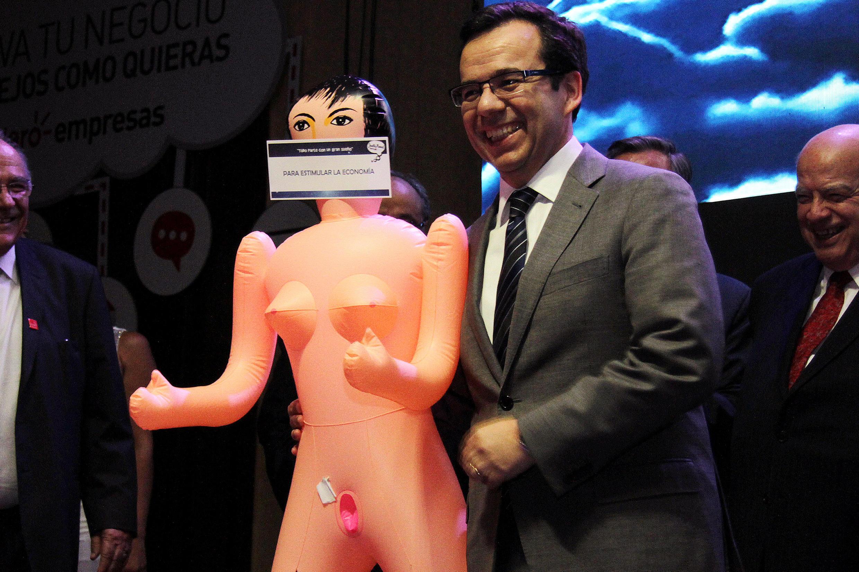 El ministro de Economía chileno Luis Felipe Céspedes cuando recibió el regalo de la asociación de exportadores del país. Martes 13 de diciembre de 2016.