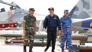 Tổng thống Indonesia Joko Widodo (G) cùng với Tư lệnh quân đội Gatot Nurmantyo (T) và Tư lệnh Không quân Agus Supriatna trong một cuộc tập trận trên đảo Natuna, Indonesia ngày 06/10/2016.