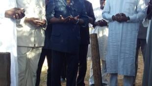 Hama Amadou (à droite) au cimetière sur la tombe de sa mère où il s'est rendu à son arrivée.