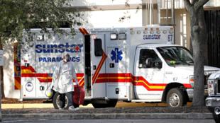 Une ambulance stationnée devant les urgences de l'hôpital central de Saint-Peterbourg en Floride, le 15 juillet 2020.