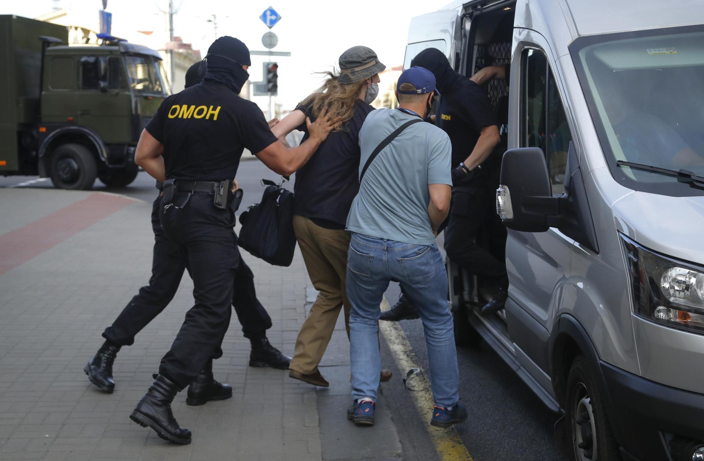 Un homme arrêté par la police à Minsk, en Biélorussie, le 8 août 2020.