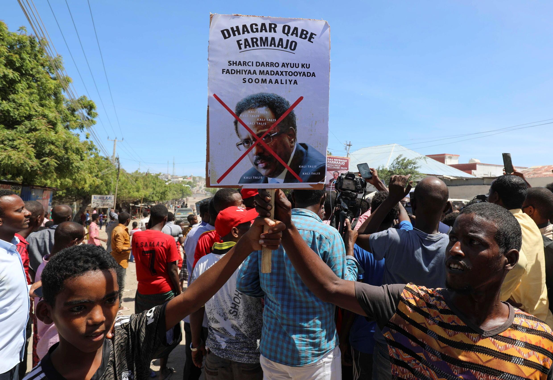 2021-04-25T135608Z_1460606449_RC213N9GZ0MM_RTRMADP_3_SOMALIA-VIOLENCE