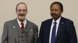 Le Premier ministre soudanais Abdallah Hamdok avec Eliot Engel, président du comité des Affaires étrangères du Congrès américain. Le 4 décembre 2019 à Washington.
