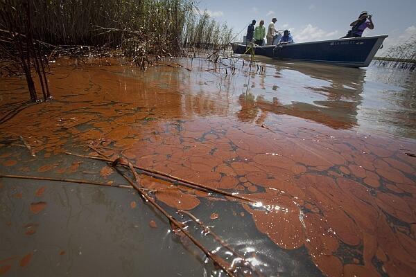 Barco navega nas águas contaminadas na costa de Luisiana em maio de 2010.
