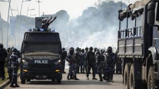 Policiais gabonenses patrulham ruas de Libreville, após anúncio de reeleição do presidente Ali Bongo Ondimba.