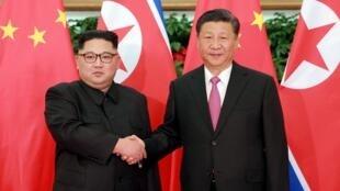 Le leader nord-coréen Kim Jong-un (g.) et le président chinois Xi Jinping en 2018 (image d'illustration)