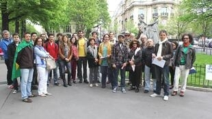Manifestantes reunidos na Place de La Reine Astrid, em Paris.