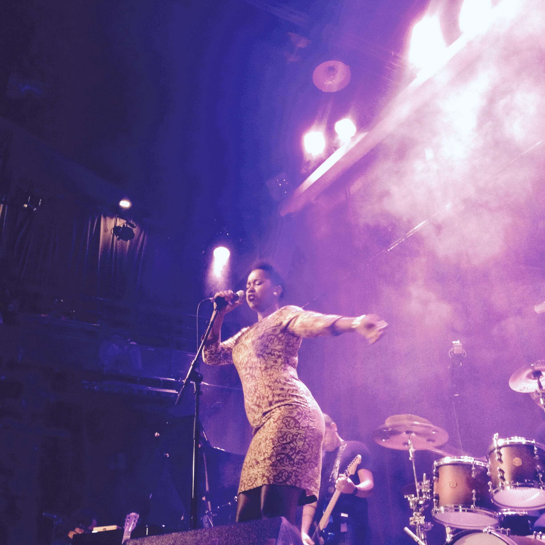 A cantora Elida Almeida, durante show em Paris.