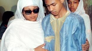 Clémence Baré Maïnassara et l'un de ses fils, lors d'une cérémonie funéraire après l'assassinat de son mari en 1999.