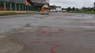 Le parvis tagué du collège Léodate Volmar de Saint-Laurent-du-Maroni, Guyane, le 22 janvier 2020.