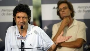 Two ex-hostages of Aqim, Roque Pascual (L) et Albert Vilalta, arrive in Barcelona last August