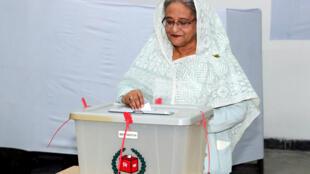 خانم شیخ حسینه نخست وزیر بنگلادش هنگام رأی دادن