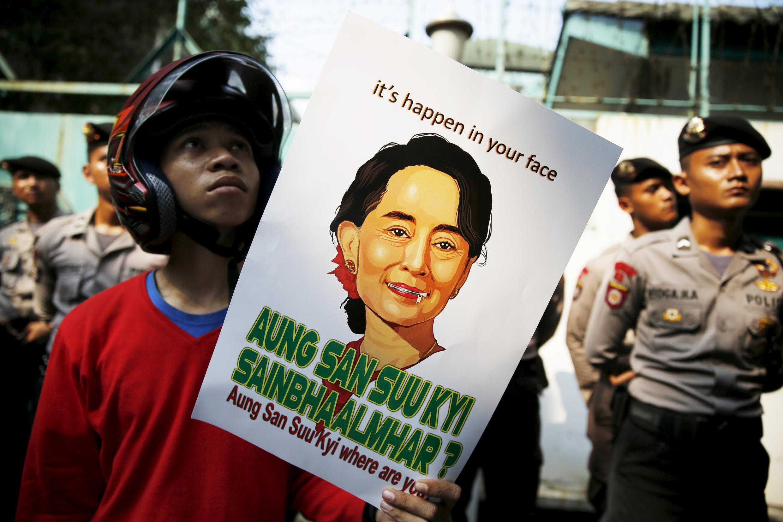 Biểu tình kêu gọi nhà lãnh đạo dân chủ Aung San Suu Kyi can thiệp giúp người Rohingya. Ảnh chụp trước cửa sứ quán Miến Điện, Jakarta, Indonesia, 29/05/2015.