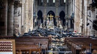 Bên trong nhà thờ Đức Bà Paris ngày 16/04/2019 sau vụ hỏa hoạn tối hôm trước.