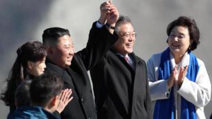 Les présidents nord-coréen, Kim Jong-un (G) et sud-coréen Moon Jae-in sur le Mont Paektu, le 20 septembre 2018.