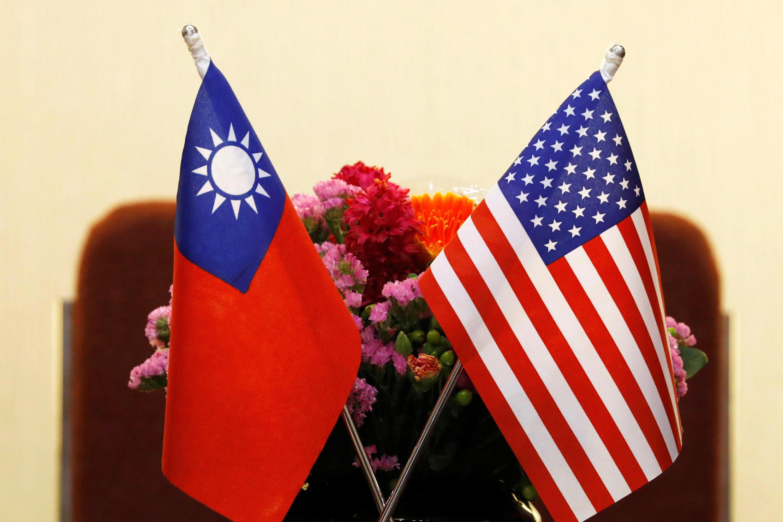 美國眾議院外交委員會主席羅艾斯3月27日在台北與台灣總統蔡英文會談時擺放的旗幟。