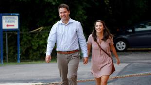 Le candidat démocrate, Danny O'Connor et sa femme se rendent à un bureau de vote pour l'élection partielle pour le Congrès américain à Columbus, dans l'Ohio le 7 août 2018.