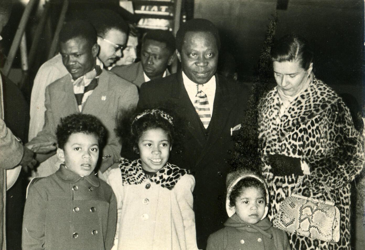 Barthélémy Boganda à l'aéroport du Bourget en 1958, avec sa femme Michèle et leurs trois enfants. De gauche à droite : Bertrand, Agnès (au milieu) et Catherine.