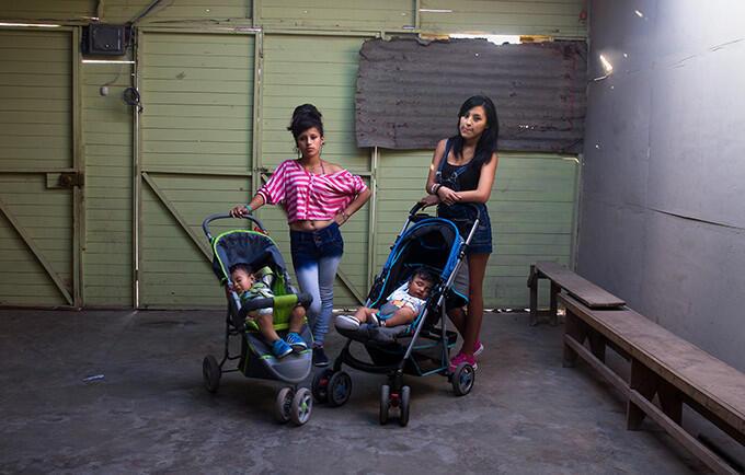 Angie y Jazmin son madres adolescentes en Lima, Perú. Ambas dicen que no tuvieron acceso a una educación sexual integral.